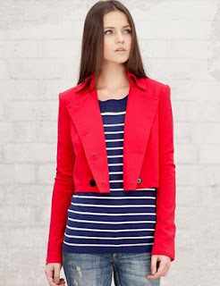 ¿Americana roja encima de tu vestido corto?