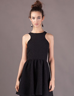 Vestido corto con volumen en la falda
