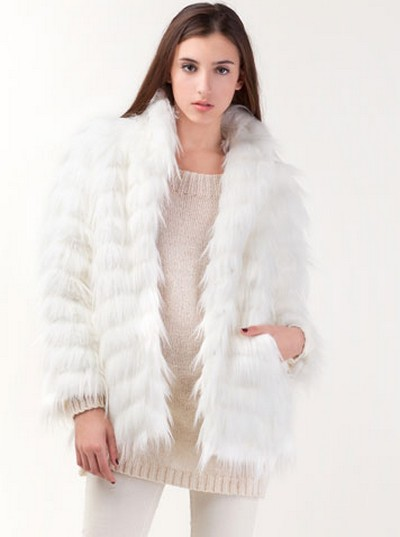 ¿Abrigo de piel falsa con vestidos cortos?